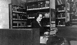 Margarete Walter 1948/49 im Ausleihraum der Kreisbibliothek