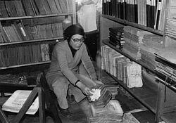 Margarete Walter 1980 auf dem Boden des Kavalierhauses beim Vorbereiten des Umzugs